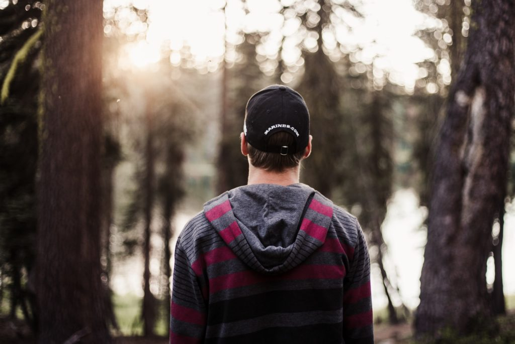 Photo d'une personne de dos dans la forêt.
